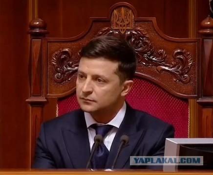 Зеленский заявил, что в кабинетах чиновников не должно быть его портретов: «Президент не идол. Повесьте лучше фото детей»