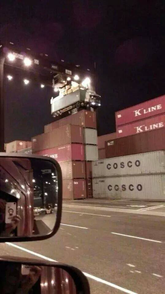Дальнобойщик забыл отцепить тягач от контейнера...