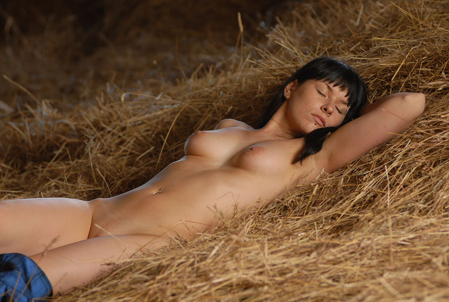 Красивая девушка спит голая и видит прекрасные эротические сны