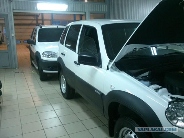 Черно-белая Chevrolet Niva спешит к дилерам