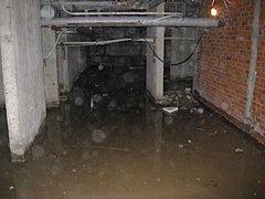 В Волгограде бездомный несколько дней плавал в затопленном подвале многоэтажки