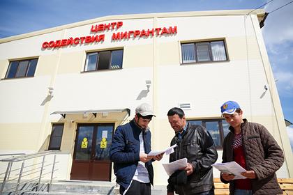 Россиян призвали полюбить заменяющих их мигрантов