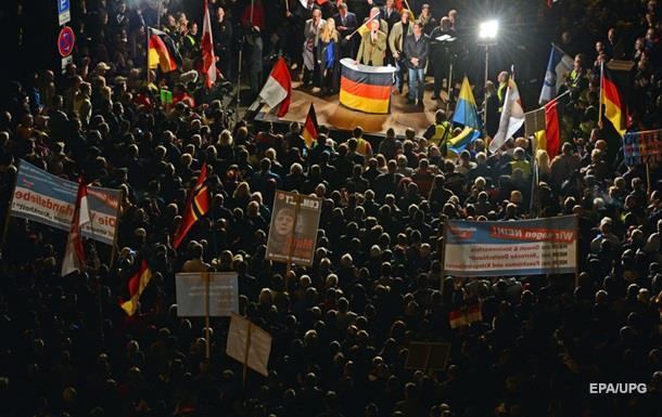 Тысячи немцев вышли с требованием отставки Меркель