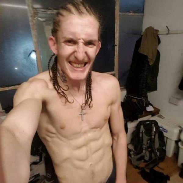 Восемь гопников с ножами решили забрать айфон у парня, а тот оказался бойцом ММА. Но ему это не помогло