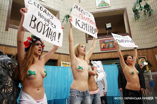 На участок к Януковичу пришли голые девушки