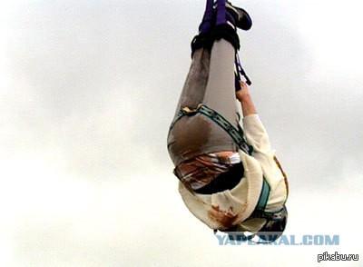 Британец установил мировой рекорд, прыгнув с высоты в 70 метров и обмакнув печенье в чай