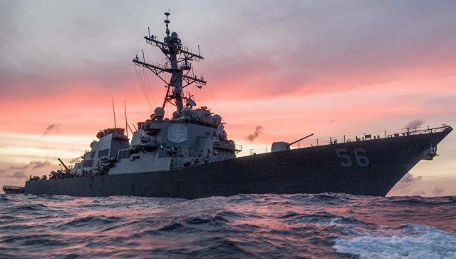 Американский ракетный эсминец столкнулся с торговым судном