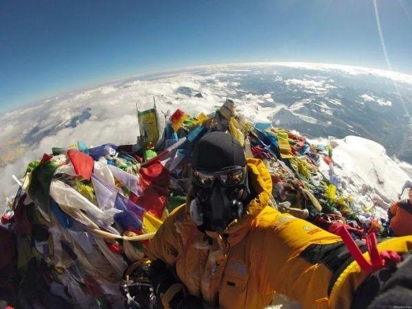 Теория плоской Земли опровергнута одним селфи. Дело в том, что снято оно на вершине Эвереста