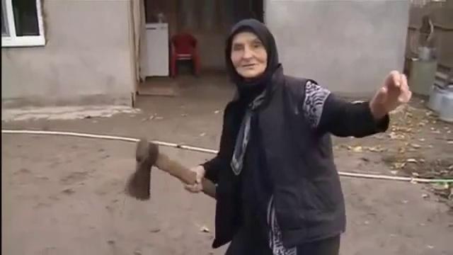 Пенсионерка с двумя топорами напала на полицейский наряд