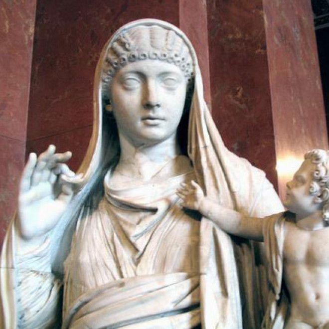 Оргии римских императоров, прелестная сучка с упругой грудью мастурбирует в душе