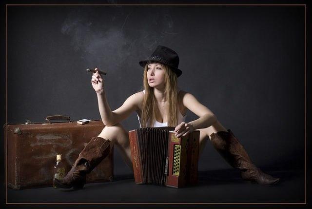 devushka-igraet-s-butilochkoy
