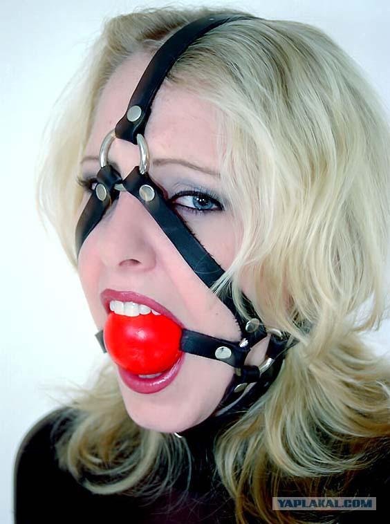 Девушка с кляпом во рту