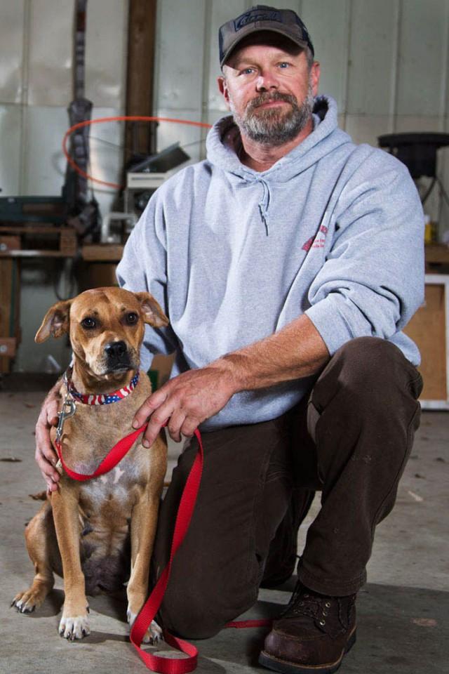 Мужчины, отмечающие в лесу мальчишник, нашли бездомных щенков и разобрали их по домам