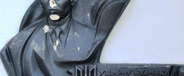 Украина: народ громит памятники Бандере и Шухевичу