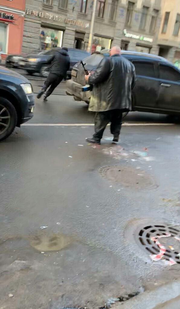 В Петербурге брутальные люди после мелкого ДТП, вышли с автоматом к машине, вытащили из неё девушку и погрузили в свое авто