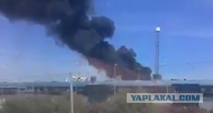 Военный самолёт рухнул на завод Coca-Cola