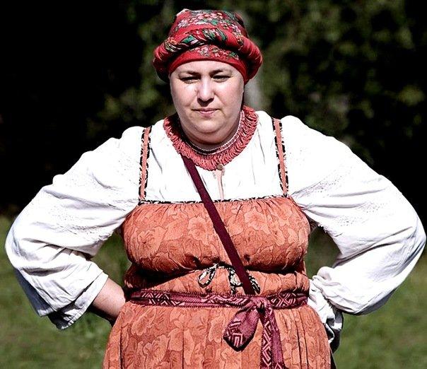 Студентки неделю носили русские народные костюмы.