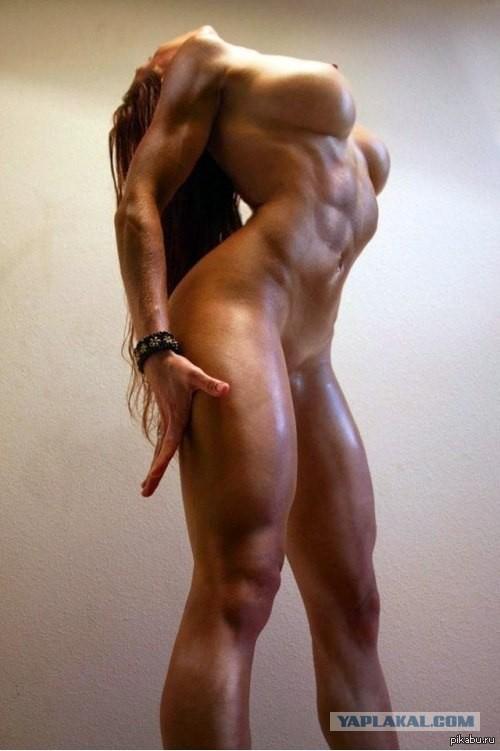 Голая девушка с спортивной фигурой