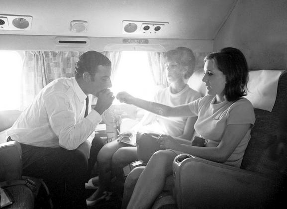 Почему раньше в самолетах можно было курить