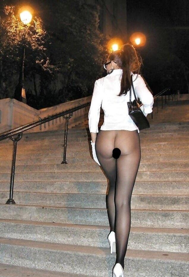 Пользователи соцсетей обсуждают девушку, которая шла по улице в неприличном виде