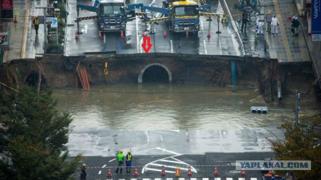 В Японии под землю провалился 30-метровый участок дороги