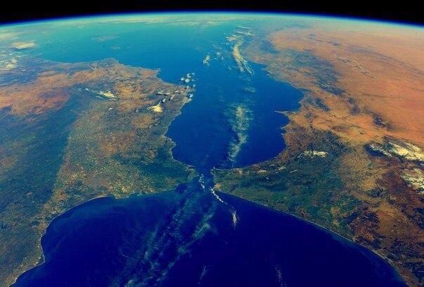 Гибралтарский пролив. Слева Европа, справа Африка. Сегодняшнее фото астронавта Тима Копра