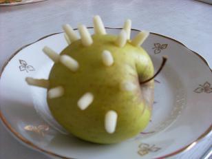 Поделка ежика из яблока