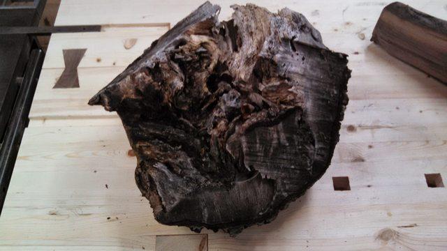 Деревянная чашка из старого куска дерева