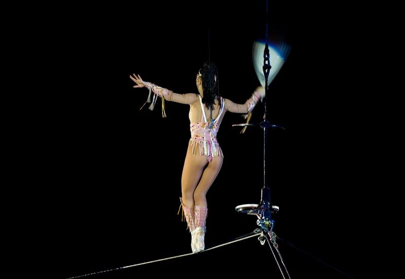 tsirk-akrobatika-golih