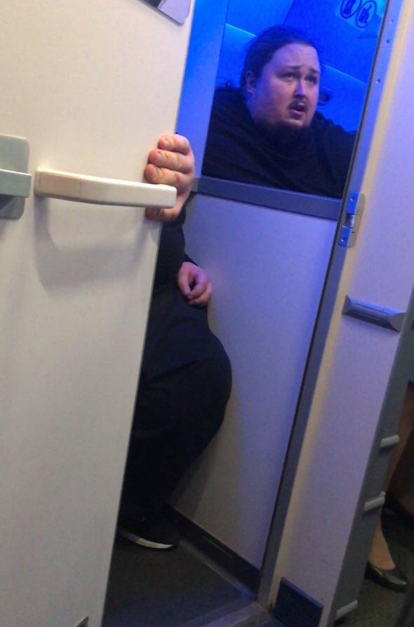 Сын Никаса Сафронова застрял попой в унитазе на борту самолета
