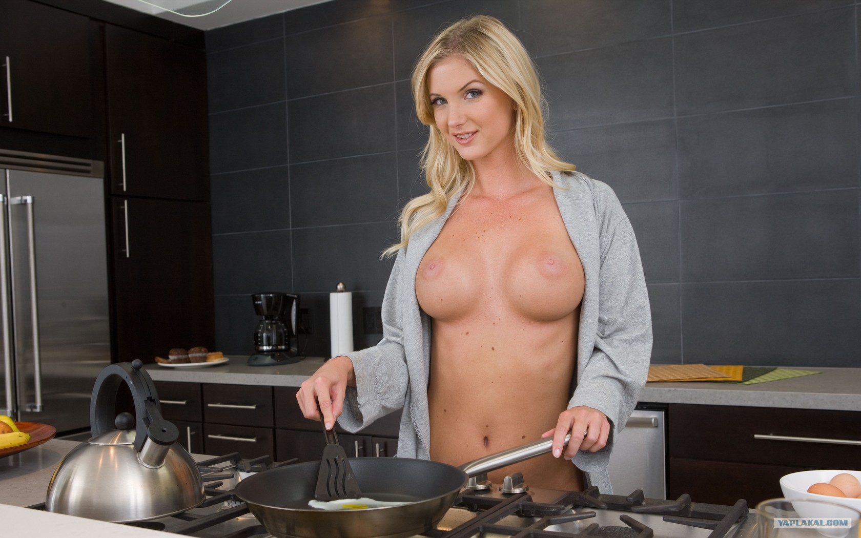 Соблпзнила на кухне в халатике порно 18 фотография