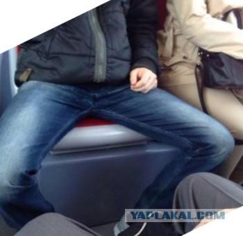Парни с широко расставленными ногами гей видео фото 322-669