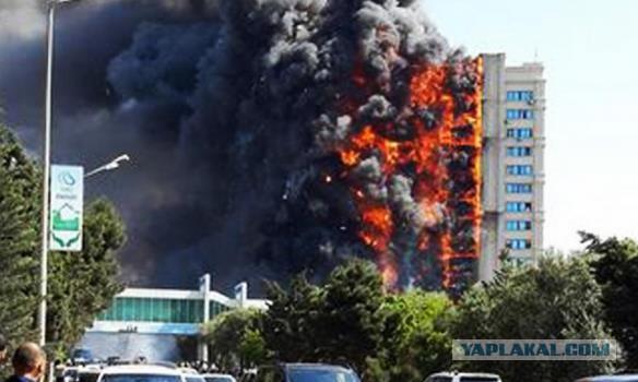В Баку горит многоэтажка