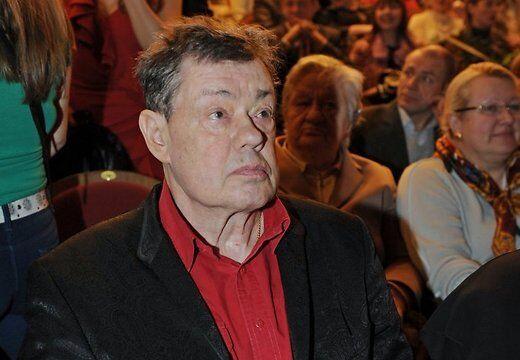 Караченцов встал с инвалидного кресла