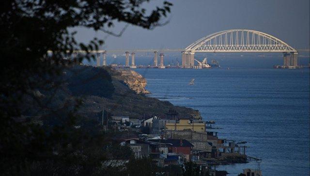 Фрагмент пролета строящейся ж/д-части Крымского моста съехал в воду