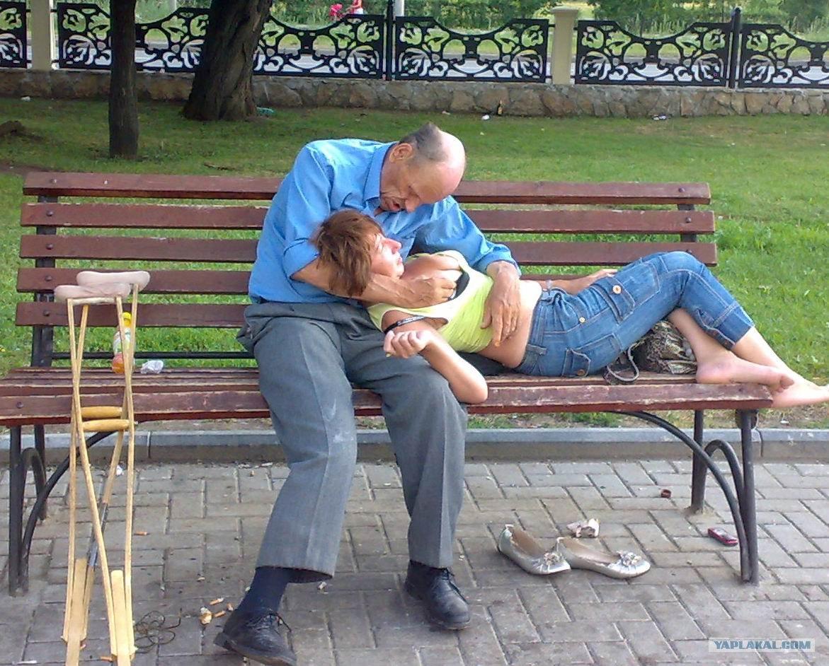 Целуют ноги при прохожих 19 фотография