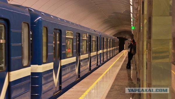 В метро Петербурга к женщинам пристают азиаты