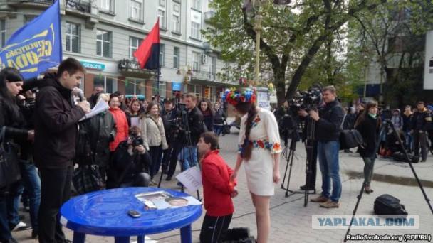 """В Ивано-Франковске активисты поставили """"Путина"""" на"""