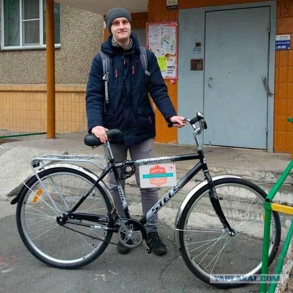 Челябинская поликлиника выделила педиатру велосипед, чтобы он ездил на вызовы к малышам