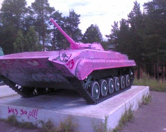 Розовый танк в Братске
