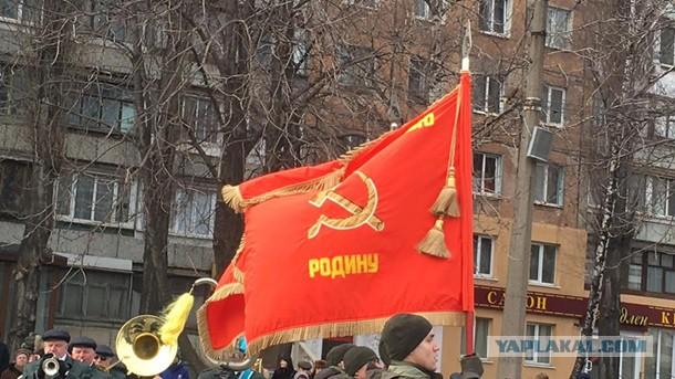 В Кривом Роге нацгвардейцы вышли на парад с советскими флагами