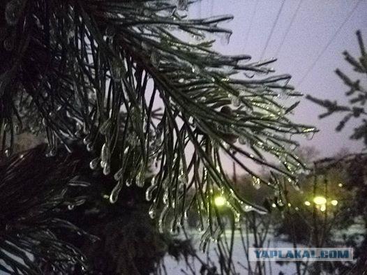 Ледяной дождь в Москве, электричка пускает салют