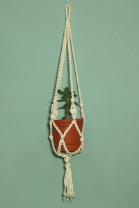 """Подвесное кашпо для цветов  """"макраме """" украшено узлами  """"жозефина """", подойдет на любой горшок."""