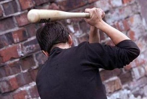 В Мурманске грабитель с бейсбольной битой напал на женщину