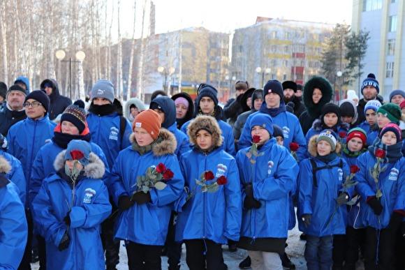 На открытие памятника погибшим детям живых детей массово привели в куртках «Единой России»
