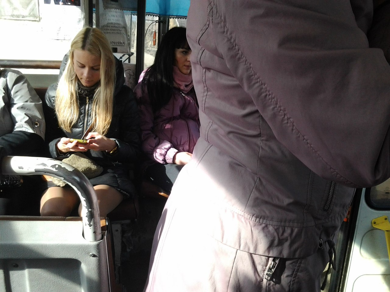Трогают девушек в автобусе, Трогает девушку в автобусе. Лучшие. Смотри редкие 4 фотография