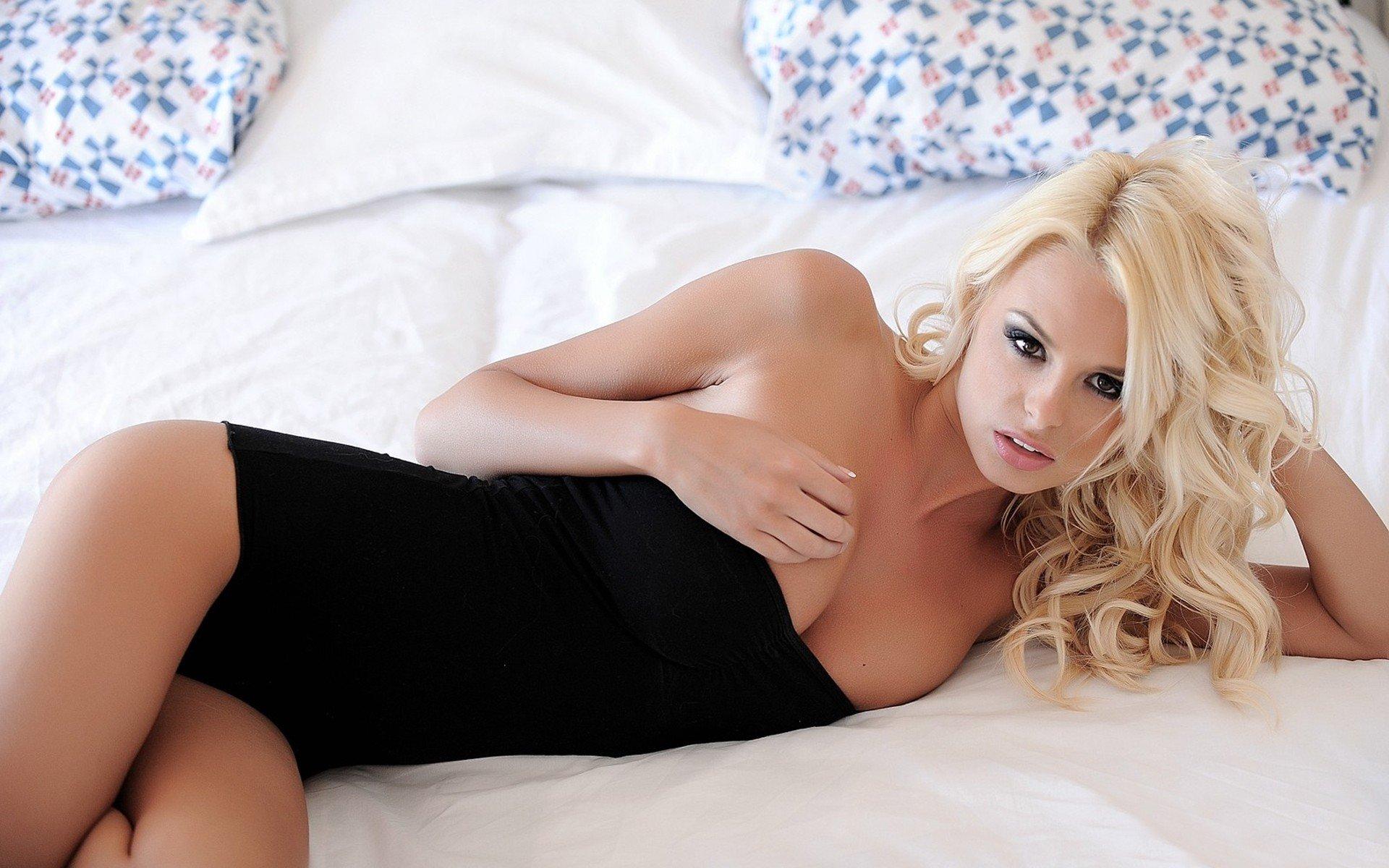 Грудастые голые девочки лежат на кровати фотообои фото 483-521