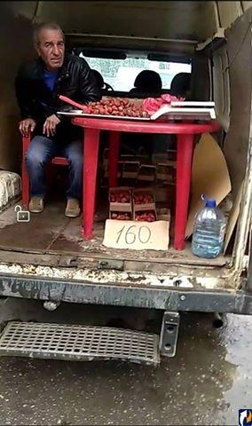 Псковичка вызвала полицию к незаконным торговцам черешней