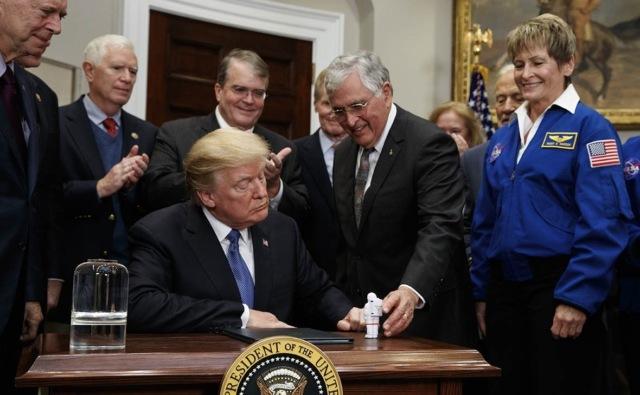 Трамп подписал «Директиву №1» о возвращении американцев на Луну