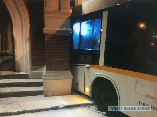 Автобус на полном ходу врезался в резиденцию президента в Барвихе.